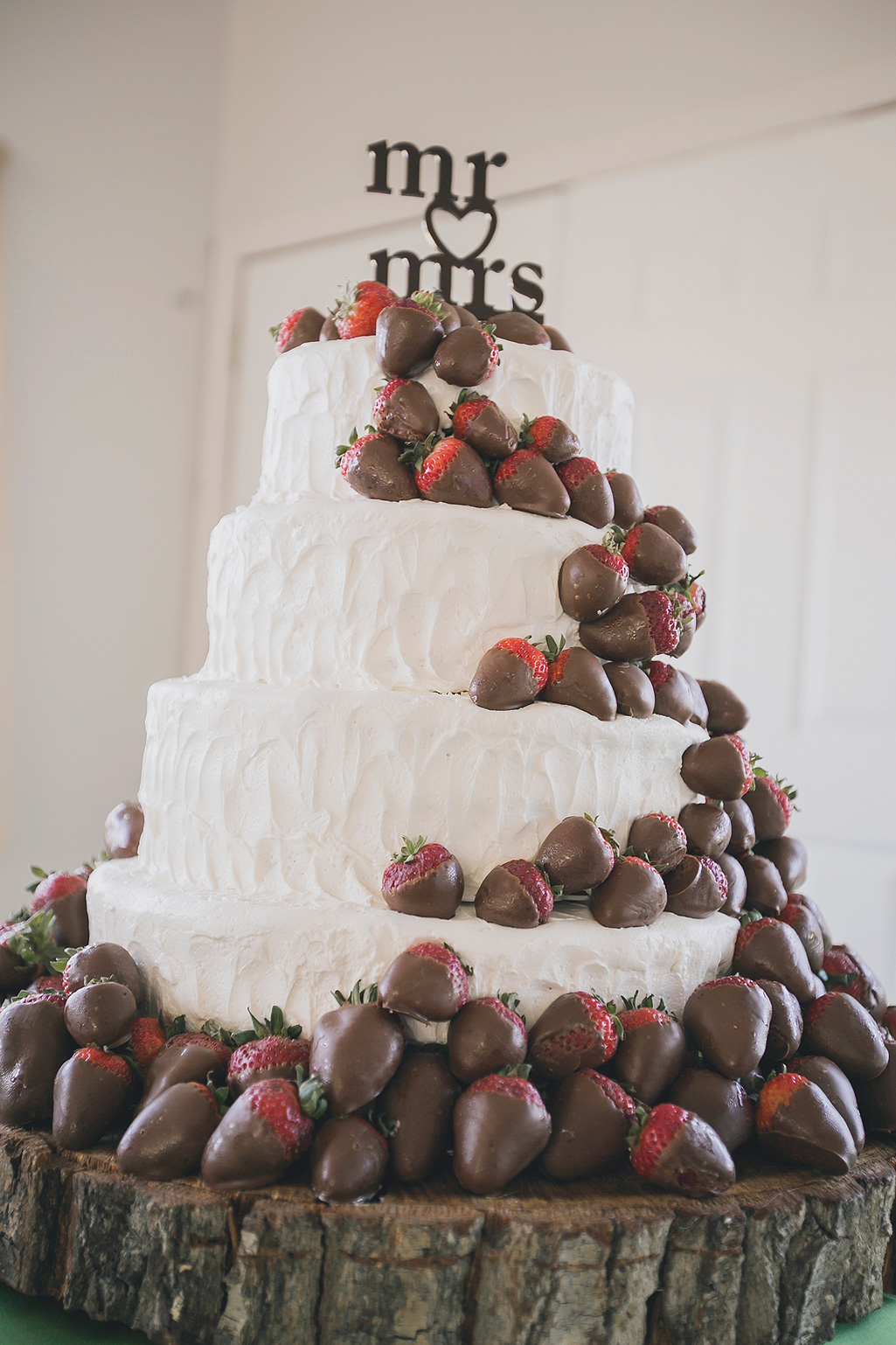 white-wedding-cake-with-chocolate-covered-strawberries